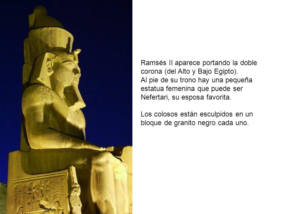 Ramsés II aparece portando la doble corona (del Alto y Bajo Egipto). Al pie de su trono hay una pequeña estatua femenina que puede ser Nefertari, su e