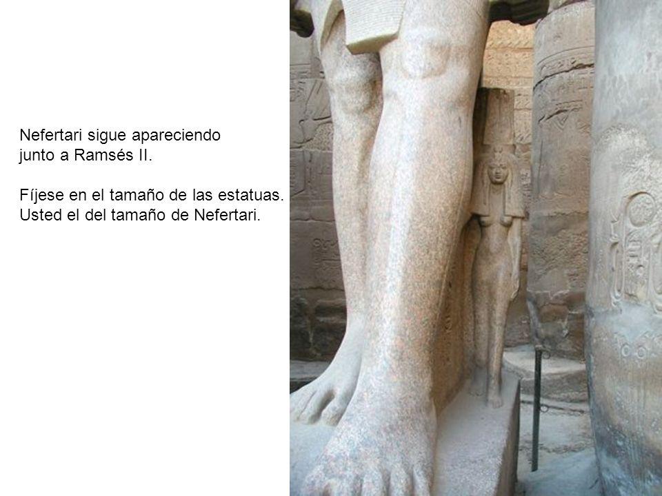 Nefertari sigue apareciendo junto a Ramsés II. Fíjese en el tamaño de las estatuas. Usted el del tamaño de Nefertari.