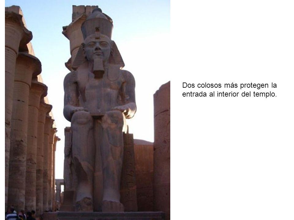Dos colosos más protegen la entrada al interior del templo.