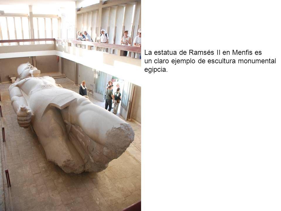 La estatua de Ramsés II en Menfis es un claro ejemplo de escultura monumental egipcia.