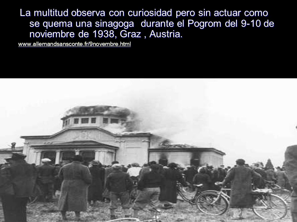 La multitud observa con curiosidad pero sin actuar como se quema una sinagoga durante el Pogrom del 9-10 de noviembre de 1938, Graz, Austria. La multi