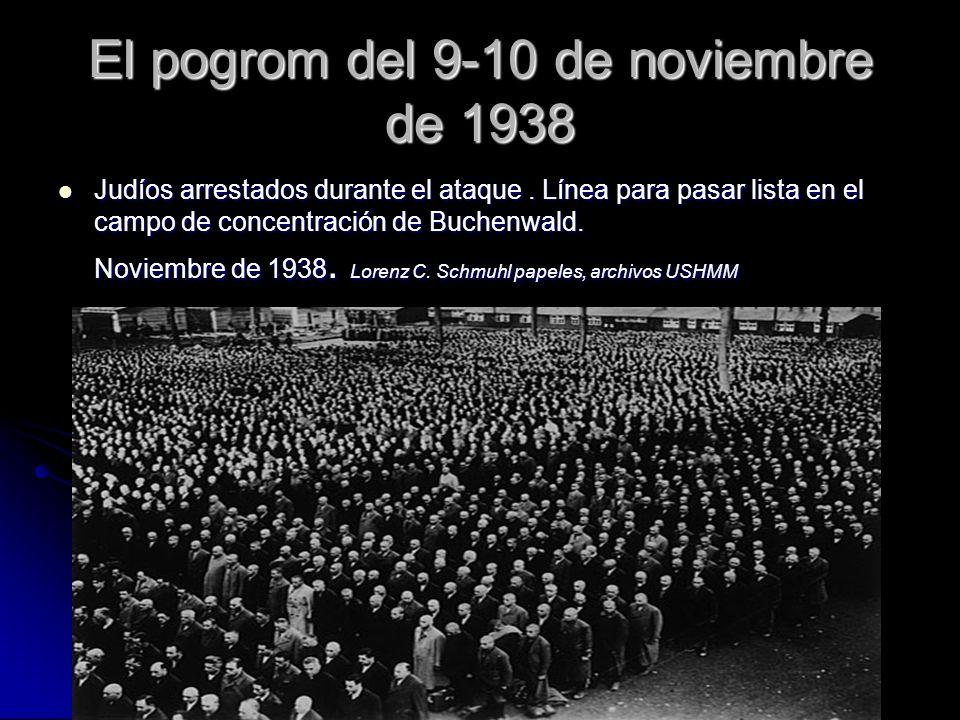 El pogrom del 9-10 de noviembre de 1938 Judíos arrestados durante el ataque. Línea para pasar lista en el campo de concentración de Buchenwald. Noviem