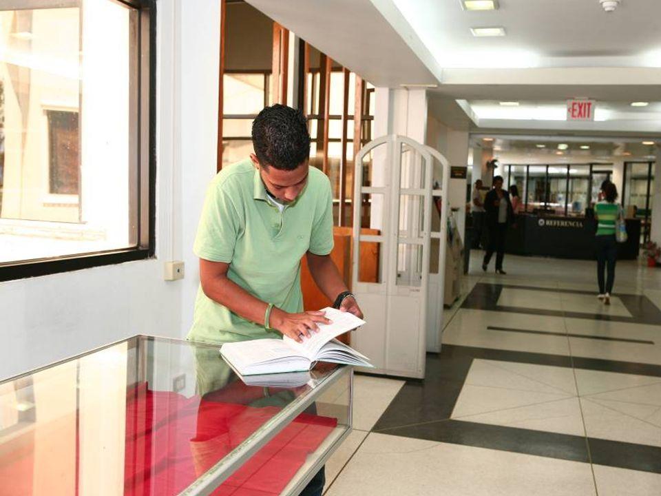 Reserva Contiene los libros que los profesores y bibliotecarios han separado para uso de los estudiantes como complemento de los cursos.