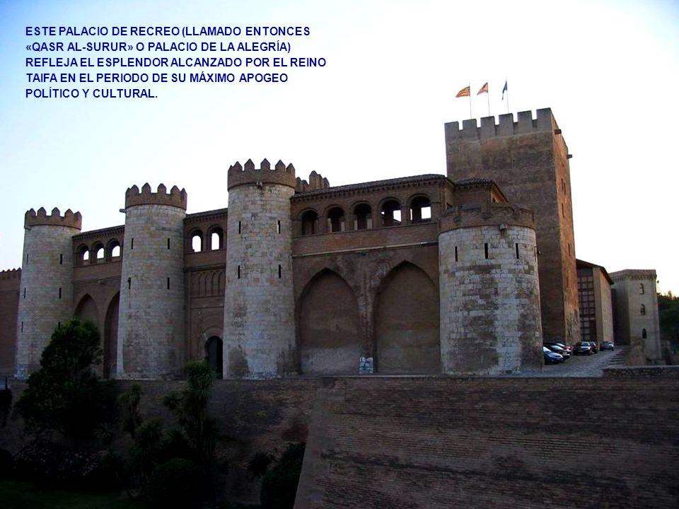 AL PALACIO LA ALJAFERÍA, SE ACCEDE POR SU ALA ORIENTAL, A TRAVÉS DE UNA PUERTA CON ARCO DE HERRADURA QUE DA ENTRADA AL LLAMADO PATIO DE LA IGLESIA POR LEVANTARSE ALLÍ, A MANO DERECHA, LA IGLESIA DE SAN MARTÍN, OBRA DE ESTILO MUDÉJAR, DEL SIGLO XIV.