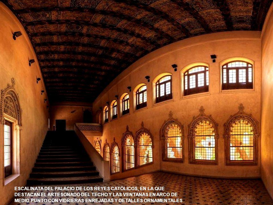 www.vitanoblepowerpoints.net AL PALACIO SE ACCEDE SUBIENDO LA ESCALERA NOBLE, UNA MONUMENTAL CONSTRUCCIÓN INTEGRADA POR DOS AMPLIOS TRAMOS CON PRETILES DE YESERÍAS GEOMÉTRICAS CALADAS ILUMINADA POR VENTANALES DE MEDIO PUNTO ANGRELADOS DE MENUDA DECORACIÓN DE HOJAS Y TALLOS DE RAIGAMBRE GÓTICA E INFLUENCIAS MUDÉJARES, REMATADOS EN CROCHÉ SOBRE LA CLAVE DE LOS ARCOS