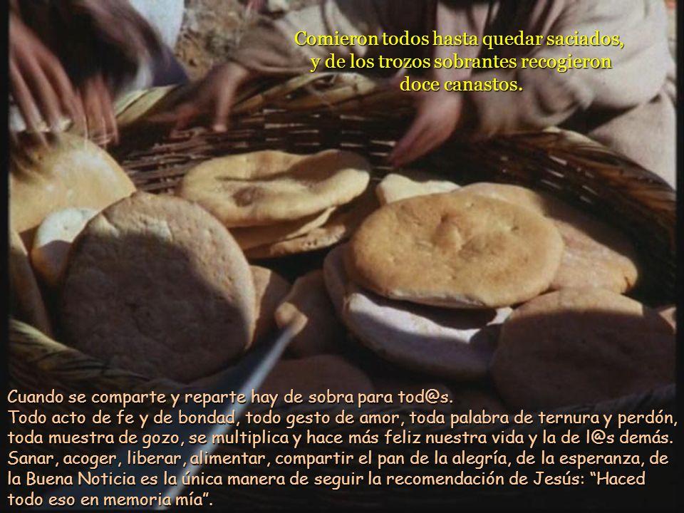Luego Jesús tomó los cinco panes y los dos peces, levantó los ojos al cielo, pronunció la bendición, los partió y se los iba dando a los discípulos pa