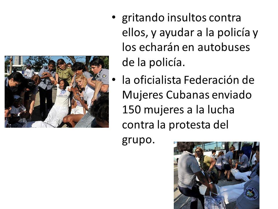gritando insultos contra ellos, y ayudar a la policía y los echarán en autobuses de la policía.