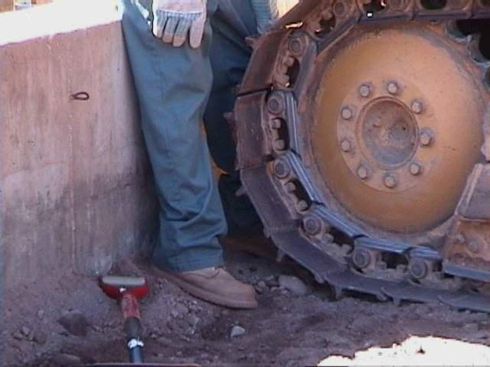 Atrapamiento en/debajo del Equipo El conductor de un camión estaba trabajando entre la carrocería y el contenedor de un camión tolva El contenedor se soltó repentinamente y aplastó su cabeza