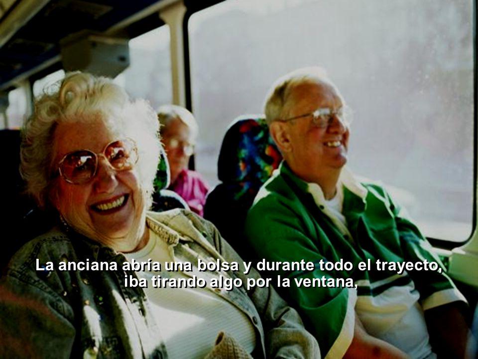 Ria Slides La anciana abría una bolsa y durante todo el trayecto, iba tirando algo por la ventana, La anciana abría una bolsa y durante todo el trayecto, iba tirando algo por la ventana,
