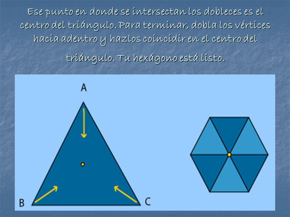 Ese punto en donde se intersectan los dobleces es el centro del triángulo. Para terminar, dobla los vértices hacia adentro y hazlos coincidir en el ce