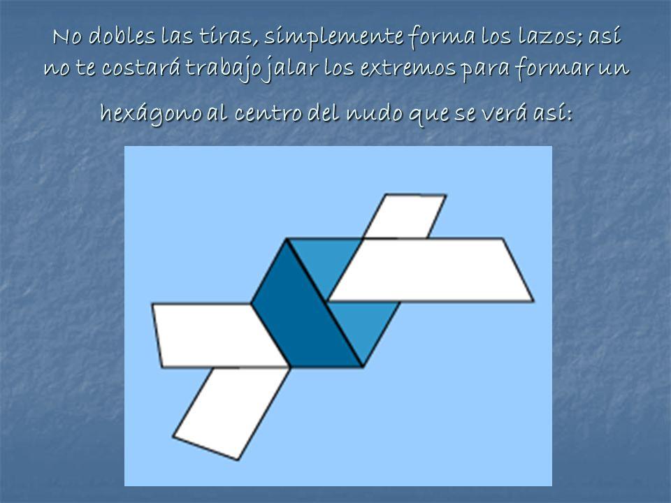 No dobles las tiras, simplemente forma los lazos; así no te costará trabajo jalar los extremos para formar un hexágono al centro del nudo que se verá