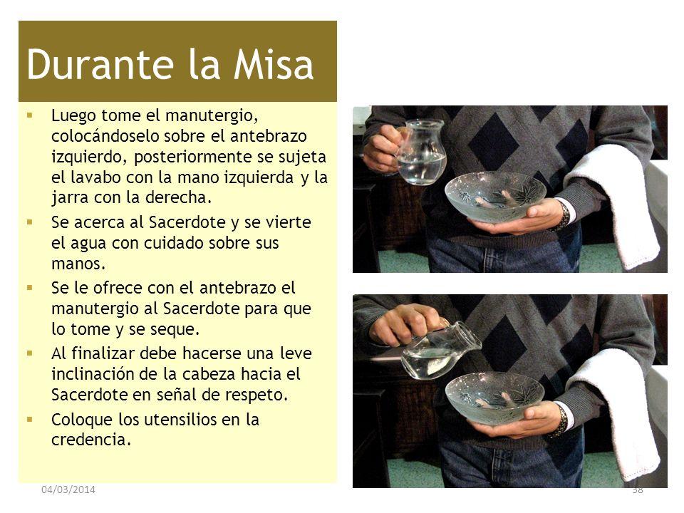 Durante la Misa Luego tome el manutergio, colocándoselo sobre el antebrazo izquierdo, posteriormente se sujeta el lavabo con la mano izquierda y la ja