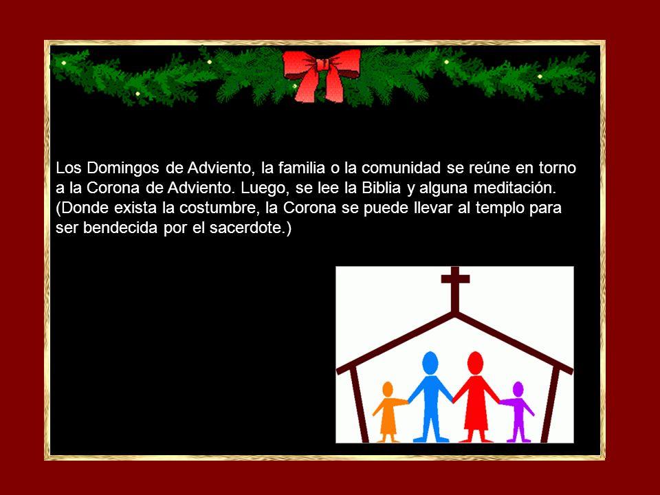 Los Domingos de Adviento, la familia o la comunidad se reúne en torno a la Corona de Adviento.