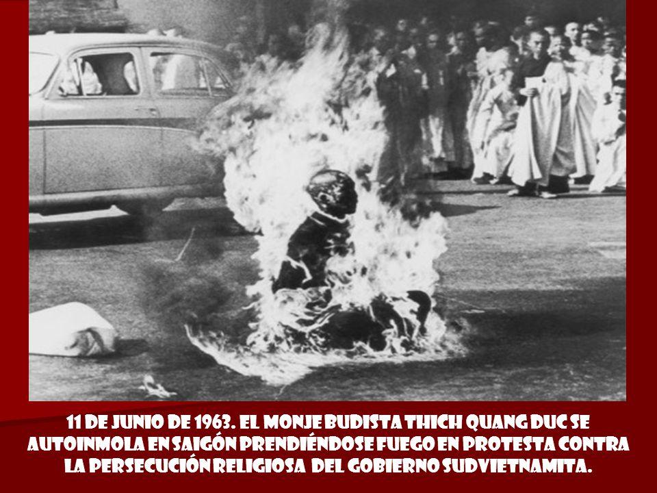 4 de junio de 1962 foto Ganadora del premio pulitzer DIARIO LA REPÚBLICA. Un soldado muerto por un francotirador se abraza al capellán de la armada Lu