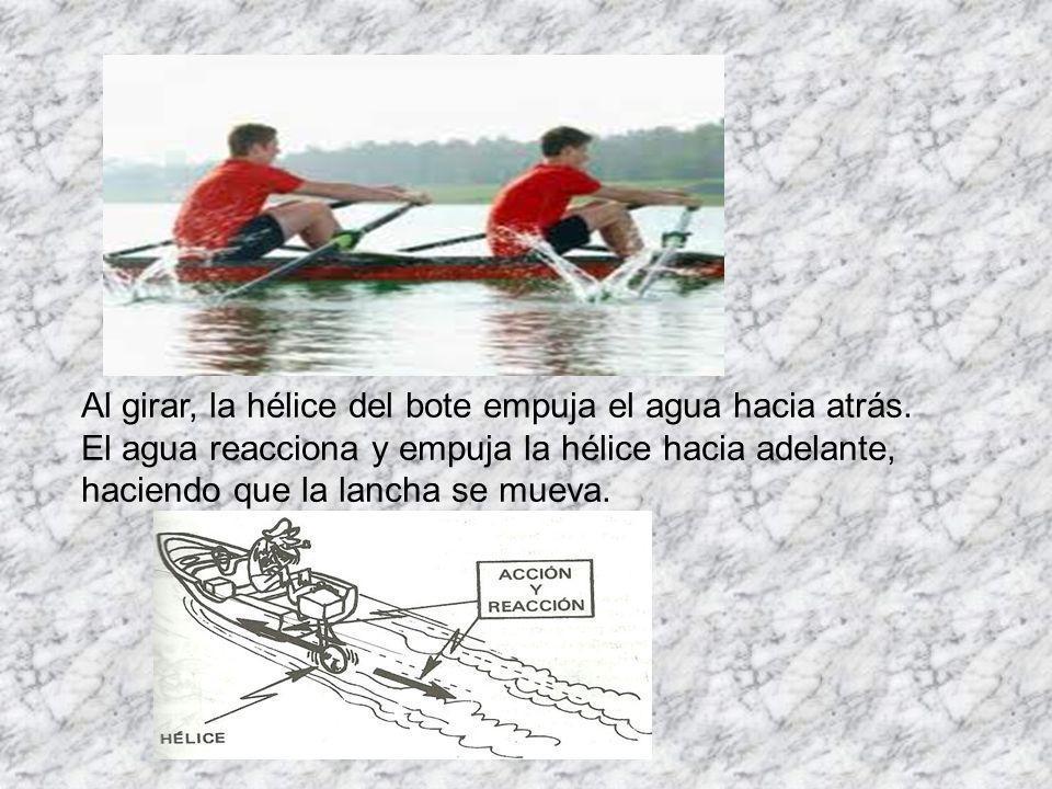 Al girar, la hélice del bote empuja el agua hacia atrás.
