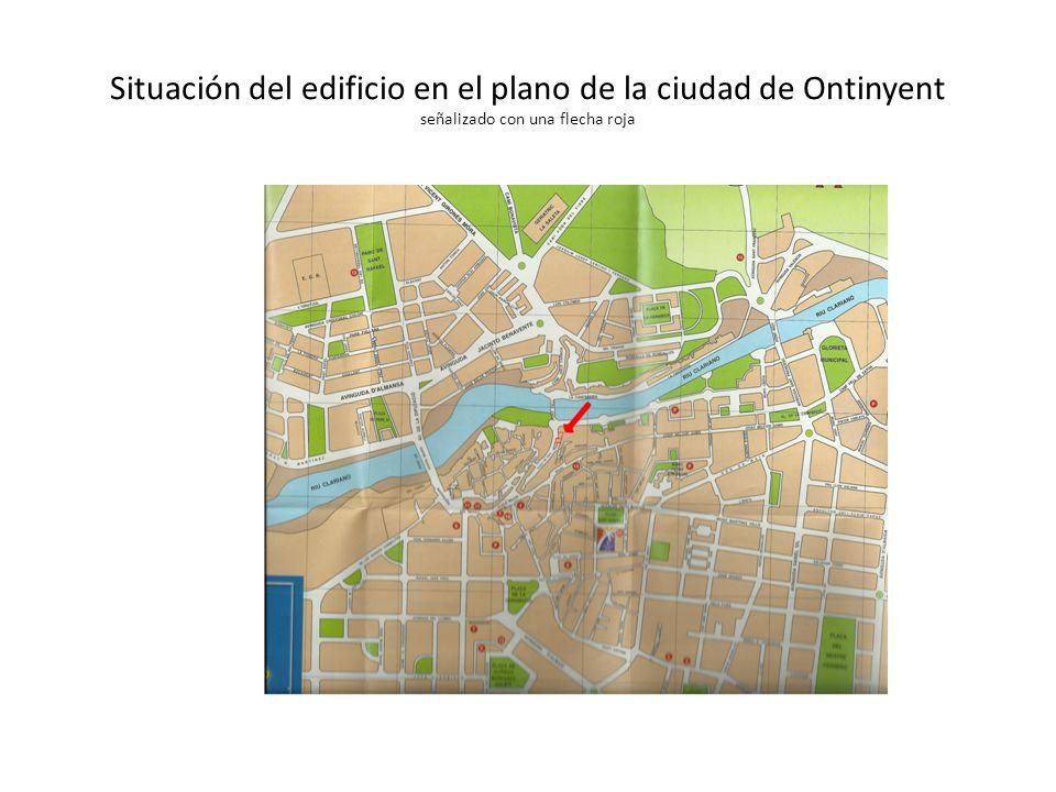 Situación del edificio en el plano de la ciudad de Ontinyent señalizado con una flecha roja