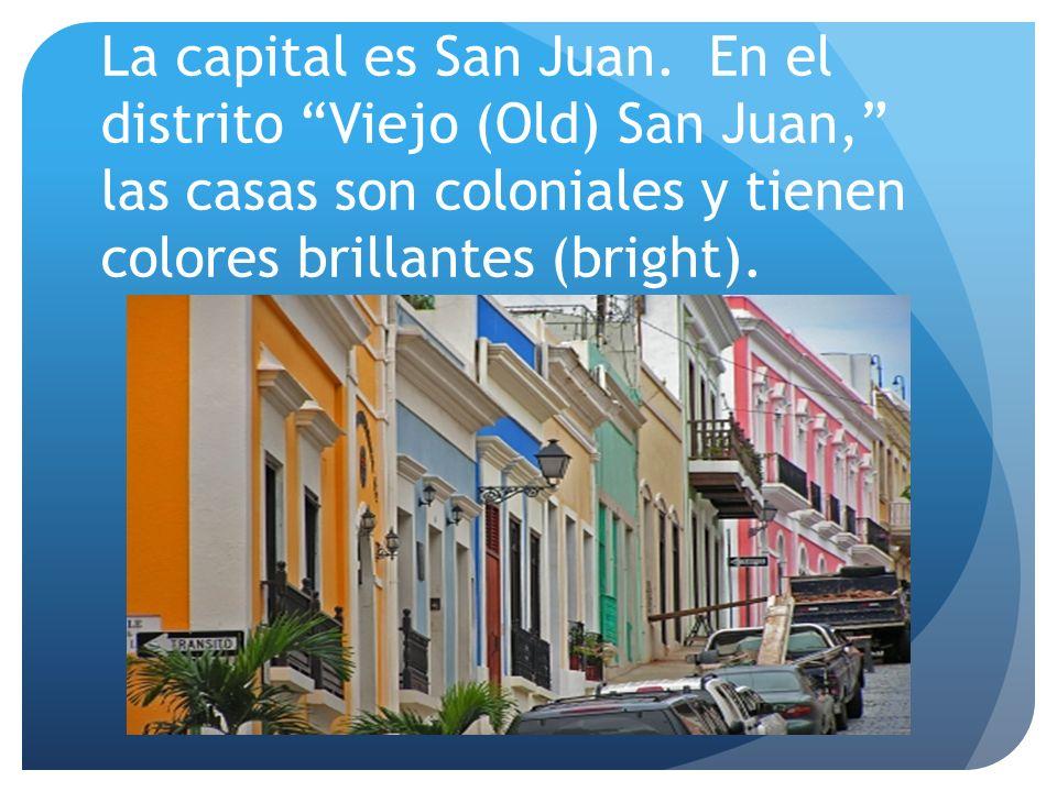 La capital es San Juan. En el distrito Viejo (Old) San Juan, las casas son coloniales y tienen colores brillantes (bright).