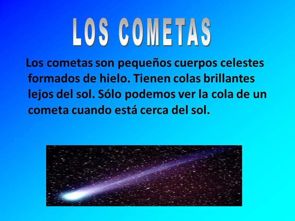 Los cometas son pequeños cuerpos celestes formados de hielo. Tienen colas brillantes lejos del sol. Sólo podemos ver la cola de un cometa cuando está