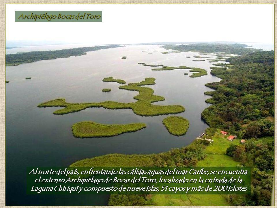 Archipiélago Bocas del Toro Al norte del país, enfrentando las cálidas aguas del mar Caribe, se encuentra el extenso Archipiélago de Bocas del Toro, localizado en la entrada de la Laguna Chiriquí y compuesto de nueve islas, 51 cayos y más de 200 islotes