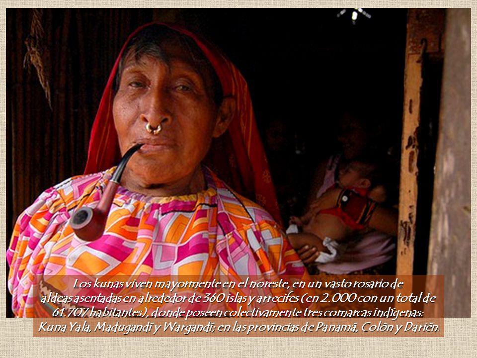 Los kunas viven mayormente en el noreste, en un vasto rosario de aldeas asentadas en alrededor de 360 islas y arrecifes (en 2.000 con un total de 61.707 habitantes), donde poseen colectivamente tres comarcas indígenas: Kuna Yala, Madugandí y Wargandí; en las provincias de Panamá, Colón y Darién.
