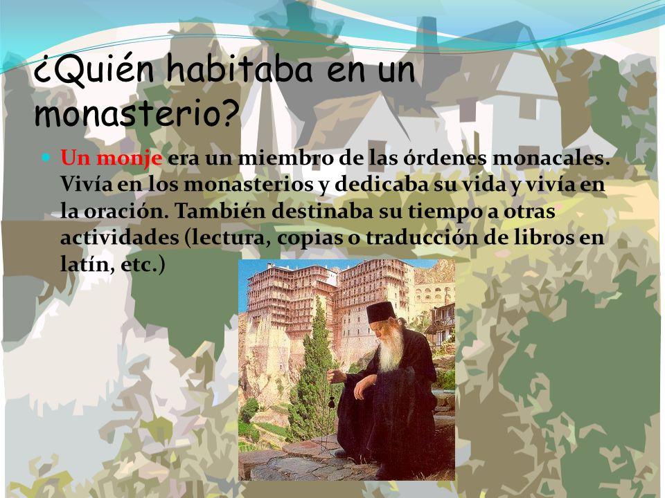 ¿Quién habitaba en un monasterio? Un monje era un miembro de las órdenes monacales. Vivía en los monasterios y dedicaba su vida y vivía en la oración.