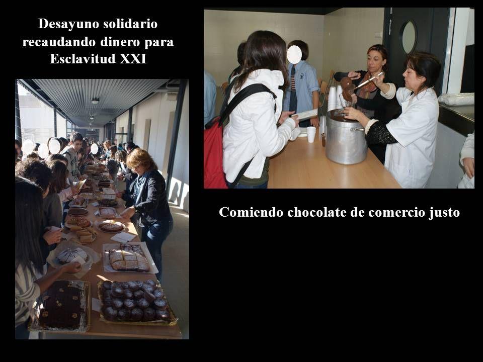 Desayuno solidario recaudando dinero para Esclavitud XXI Comiendo chocolate de comercio justo