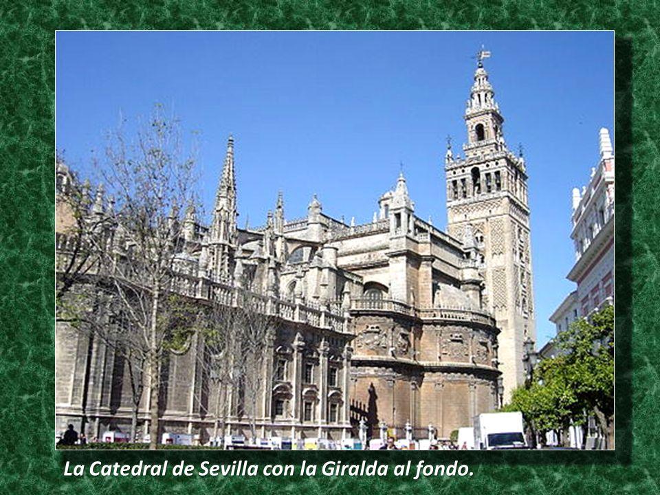 La Catedral de Sevilla con la Giralda al fondo.