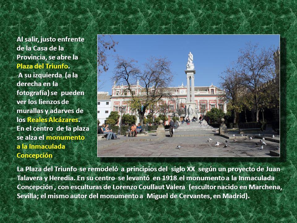 El nombre de la Plaza del Triunfo procede del monumento conmemorativo (triunfo) que se erigió en ella en relación con el terremoto de Lisboa de 1755, en el lugar donde se terminó la misa catedralicia, interrumpida por el movimiento sísmico.