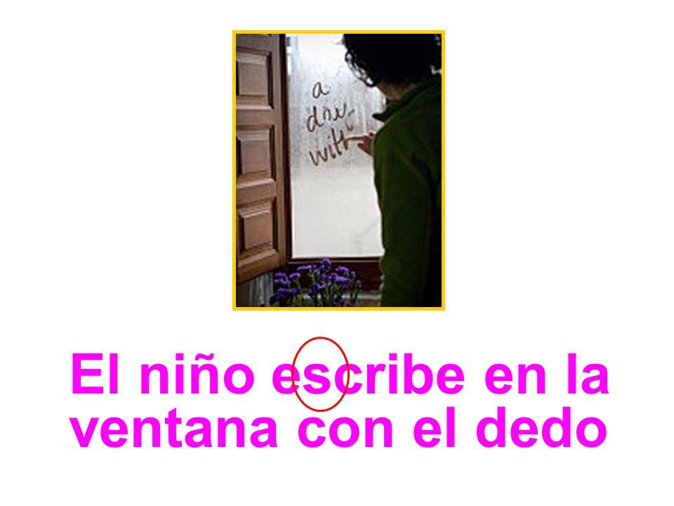 La niña escribe con un lápiz en el papel