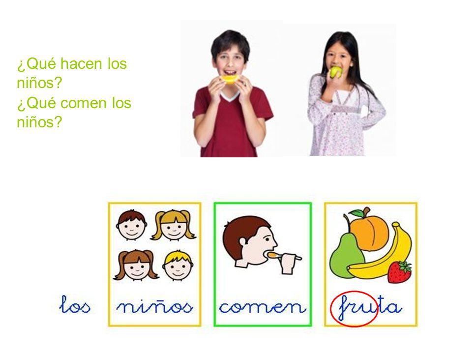 Los niños comen un bocadillo y el mono un plátano