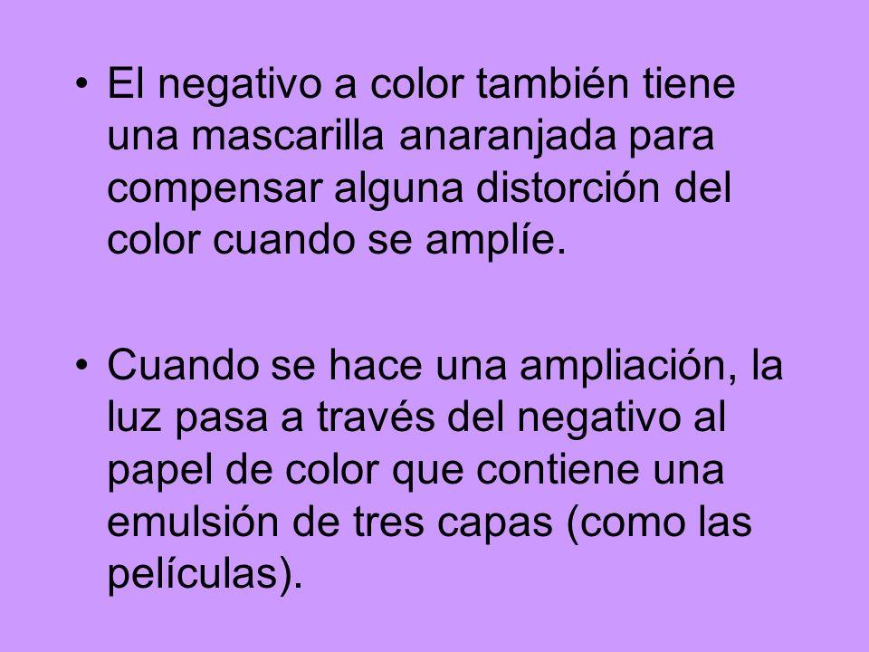 El negativo a color también tiene una mascarilla anaranjada para compensar alguna distorción del color cuando se amplíe. Cuando se hace una ampliación