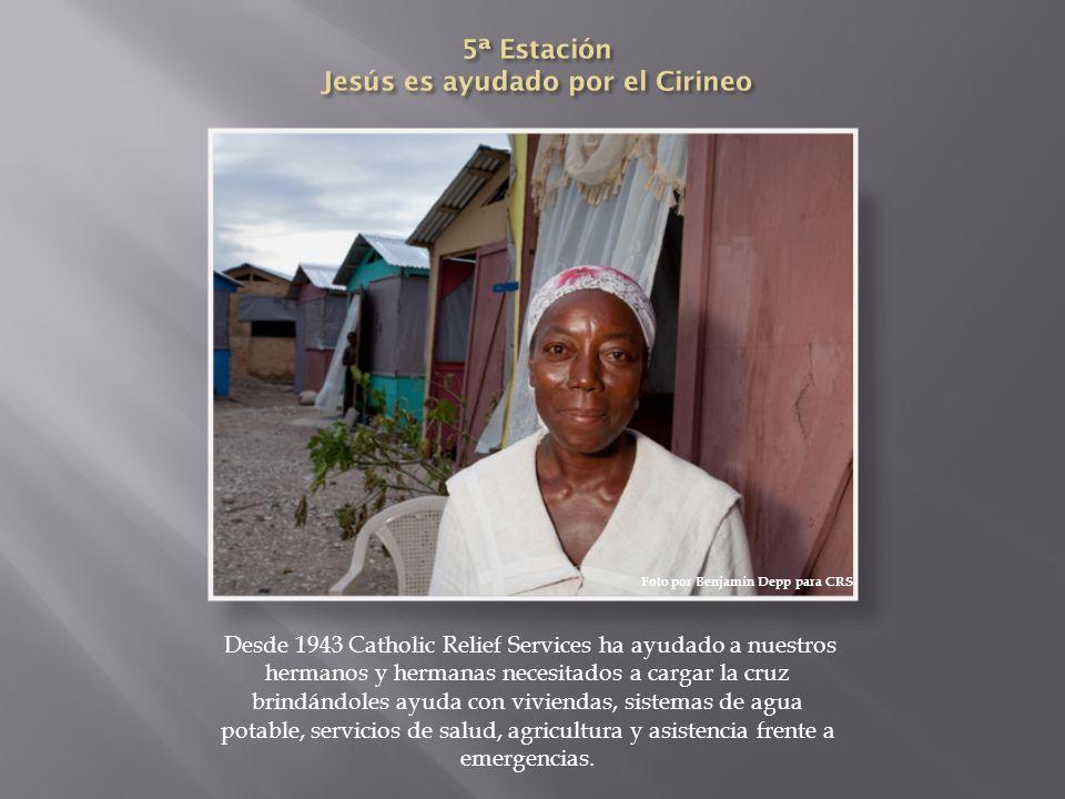 Desde 1943 Catholic Relief Services ha ayudado a nuestros hermanos y hermanas necesitados a cargar la cruz brindándoles ayuda con viviendas, sistemas