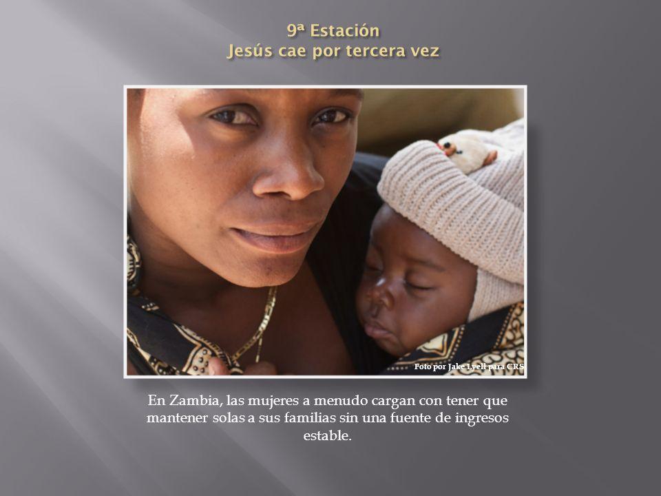 En Zambia, las mujeres a menudo cargan con tener que mantener solas a sus familias sin una fuente de ingresos estable. Foto por Jake Lyell para CRS