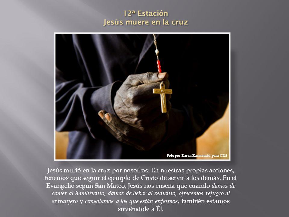 Jesús murió en la cruz por nosotros. En nuestras propias acciones, tenemos que seguir el ejemplo de Cristo de servir a los demás. En el Evangelio segú