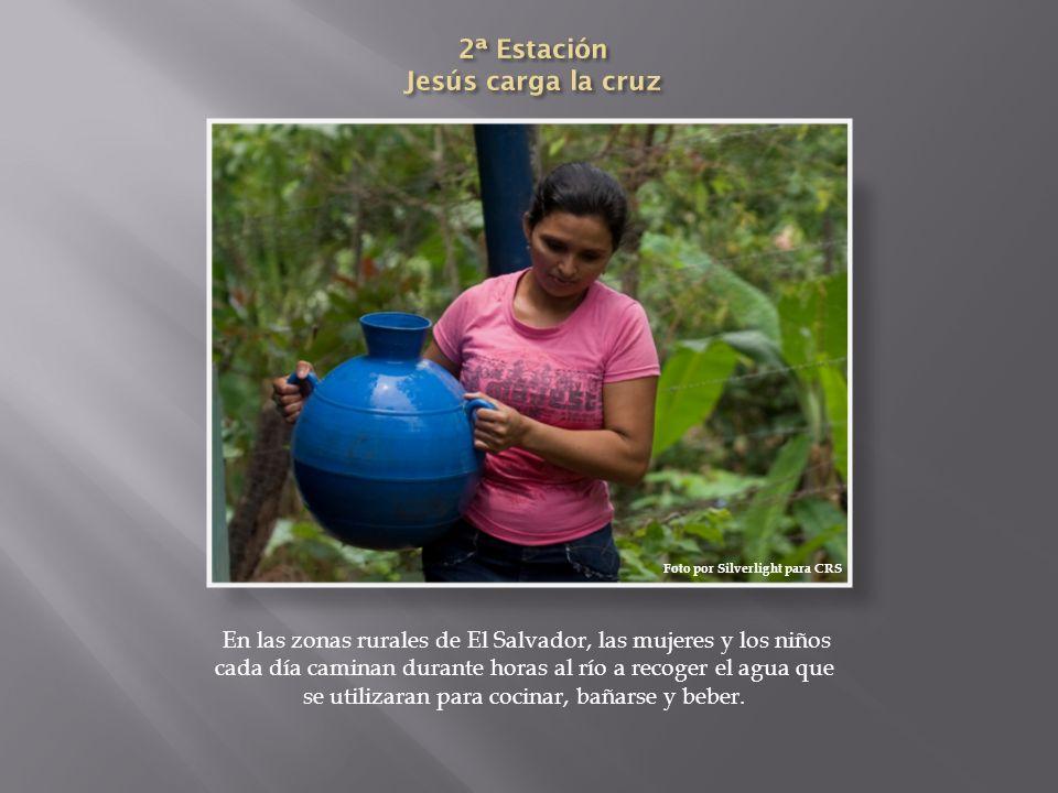 En las zonas rurales de El Salvador, las mujeres y los niños cada día caminan durante horas al río a recoger el agua que se utilizaran para cocinar, b