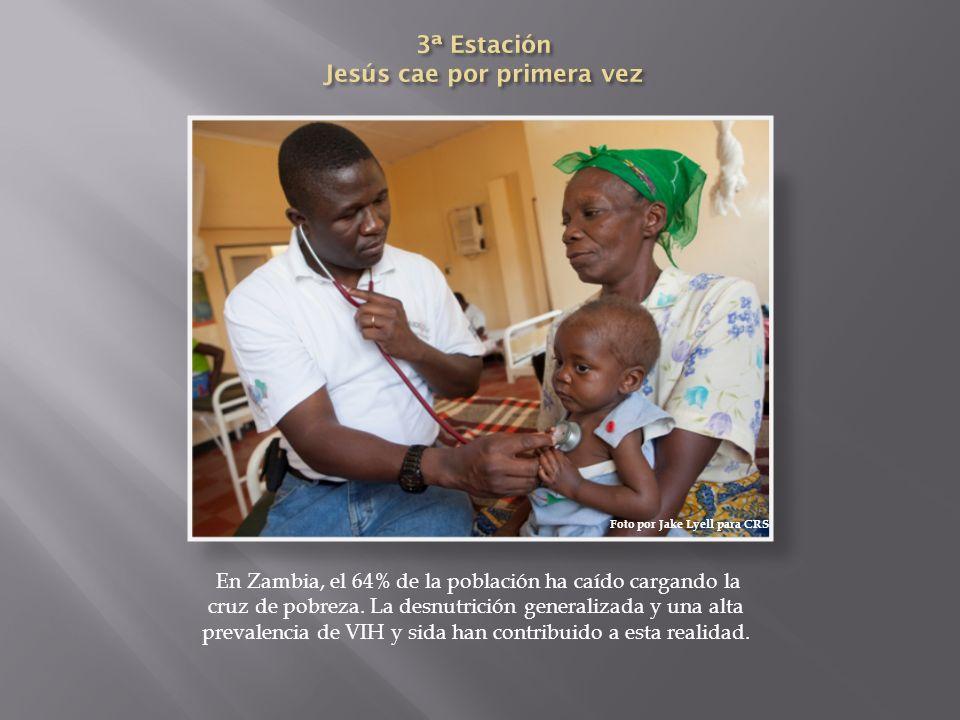 En Zambia, el 64% de la población ha caído cargando la cruz de pobreza. La desnutrición generalizada y una alta prevalencia de VIH y sida han contribu