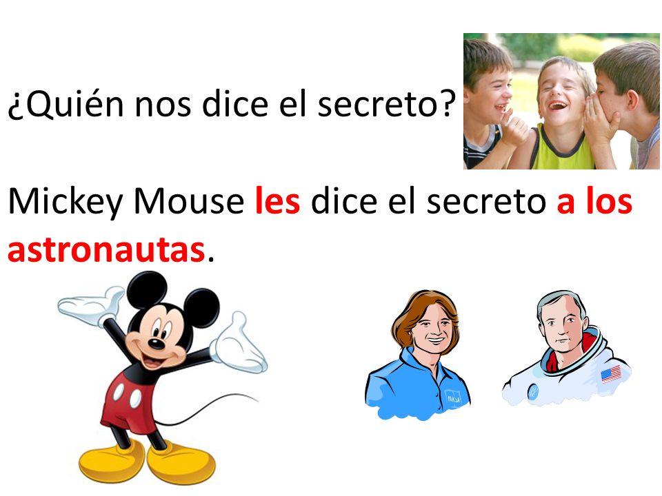 ¿Quién nos dice el secreto? Mickey Mouse les dice el secreto a los astronautas.