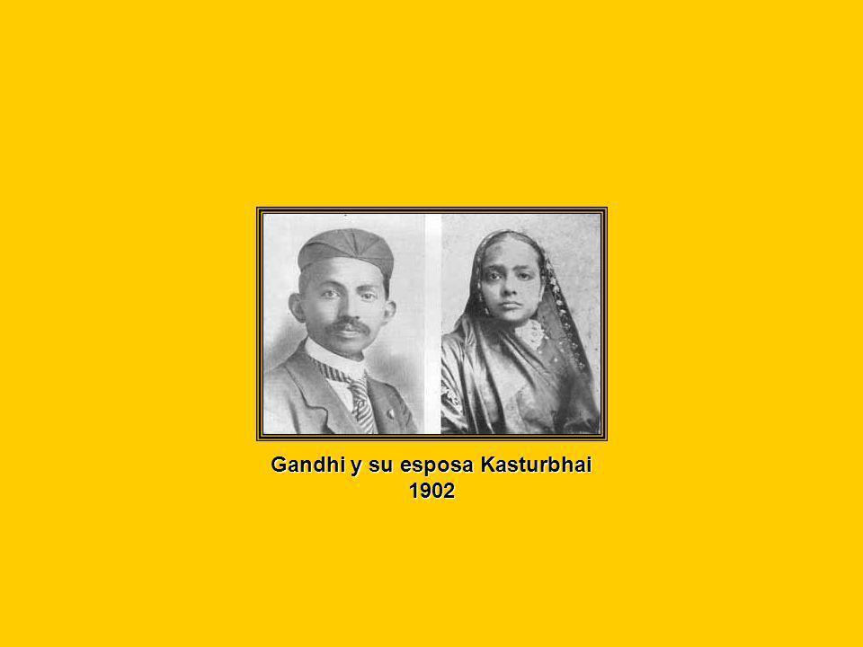 Gandhi y su esposa Kasturba se casaron muy jóvenes Ambos teniamos trece años...en su momento, el casamiento no significó mas que llevar ropas nuevas, comer dulces y compartir con los parientes
