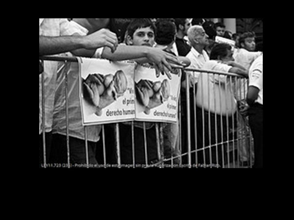 Escupían a todas las personas apostadas frente a las iglesias (niños, mujeres y hasta a las policías)