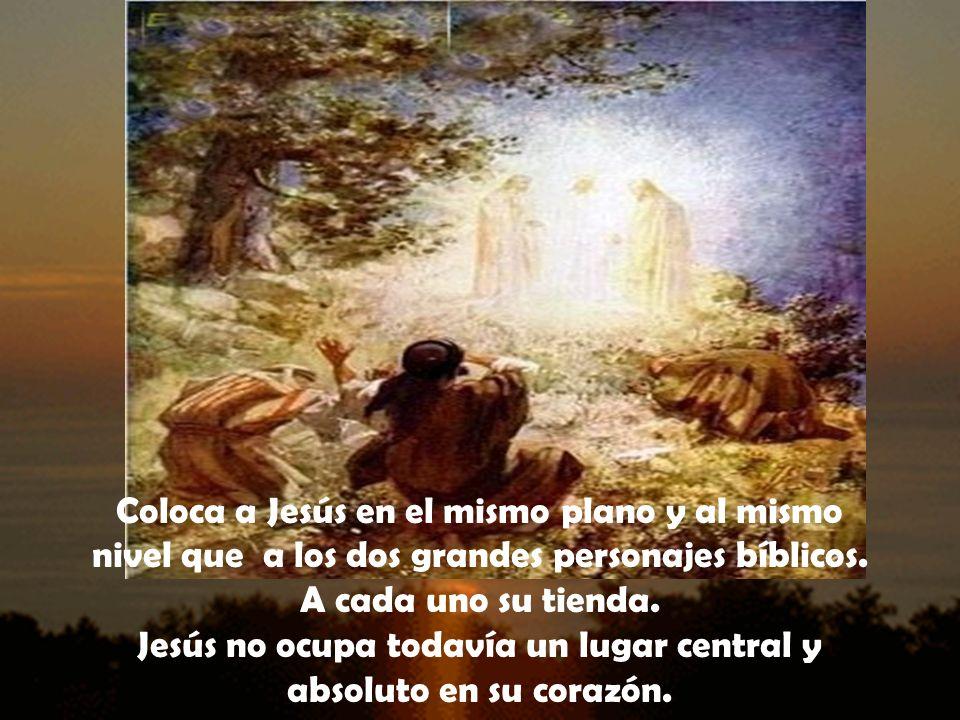 Coloca a Jesús en el mismo plano y al mismo nivel que a los dos grandes personajes bíblicos.