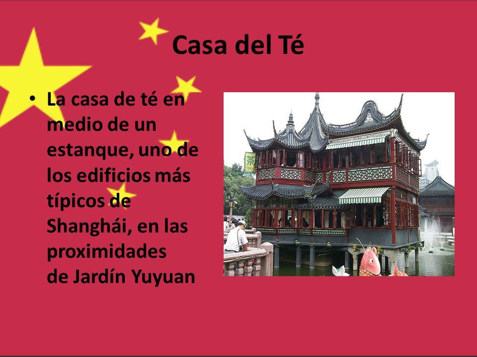 Casa del Té La casa de té en medio de un estanque, uno de los edificios más típicos de Shanghái, en las proximidades de Jardín Yuyuan