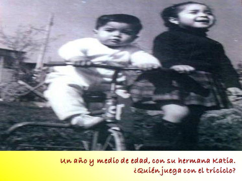 Un año y medio de edad, con su hermana Katia. ¿Quién juega con el triciclo? foto