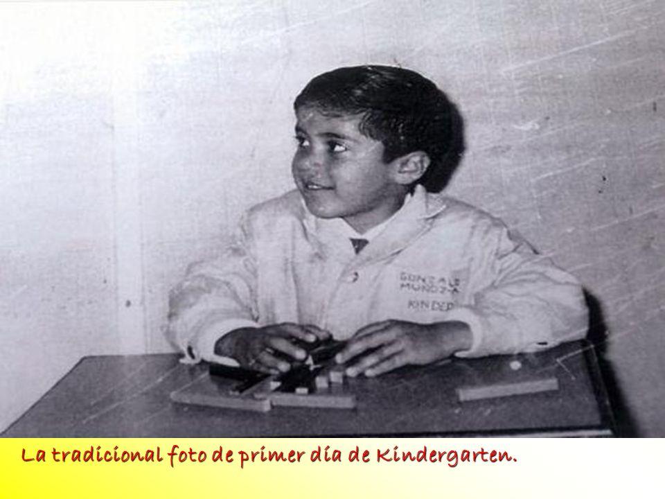 La tradicional foto de primer día de Kindergarten. La tradicional foto de primer día de Kindergarten.