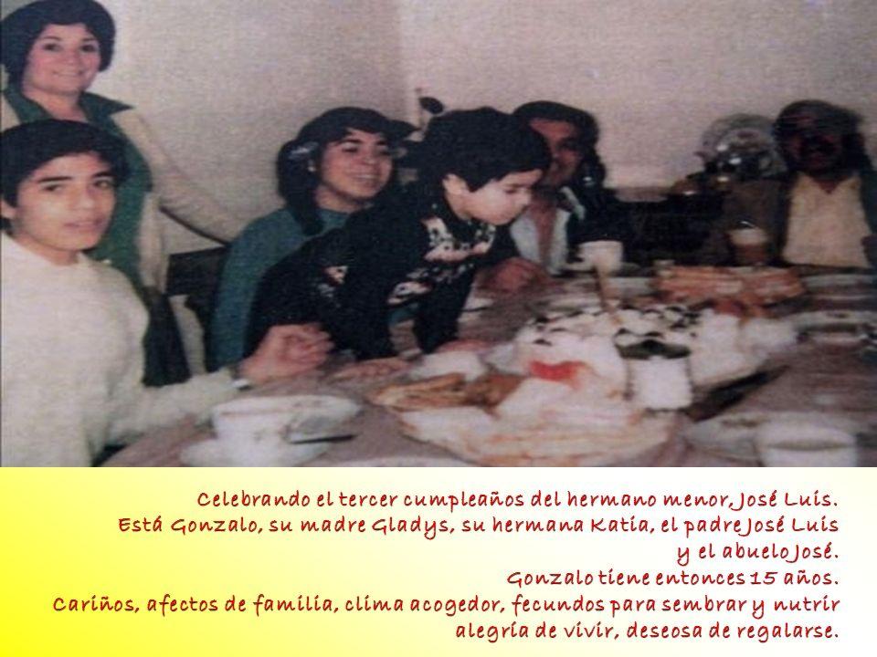 Celebrando el tercer cumpleaños del hermano menor, José Luis. Está Gonzalo, su madre Gladys, su hermana Katia, el padre José Luis y el abuelo José. Go