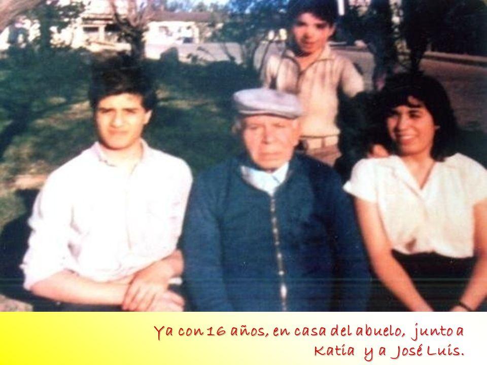 Ya con 16 años, en casa del abuelo, junto a Katia y a José Luis. foto FOTO