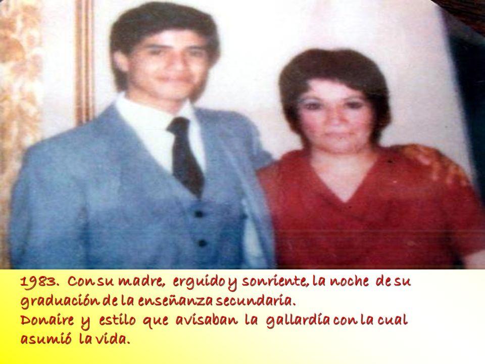 FOTO 1983. Con su madre, erguido y sonriente, la noche de su graduación de la enseñanza secundaria. Donaire y estilo que avisaban la gallardía con la