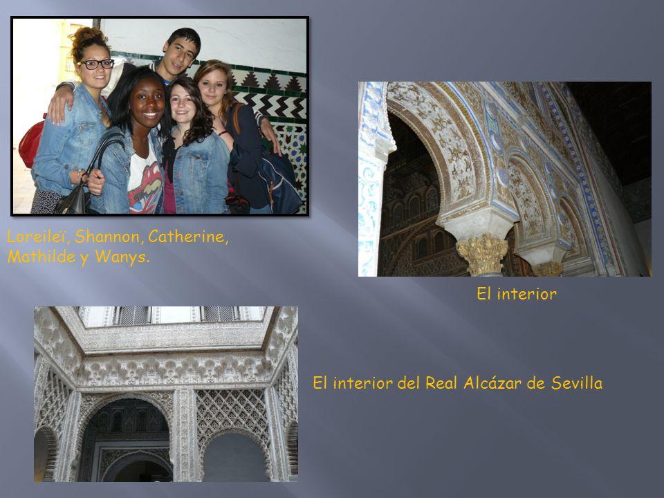 Tras el Real Alcázar descubrimos la gran Giralda, mide 98 metros.