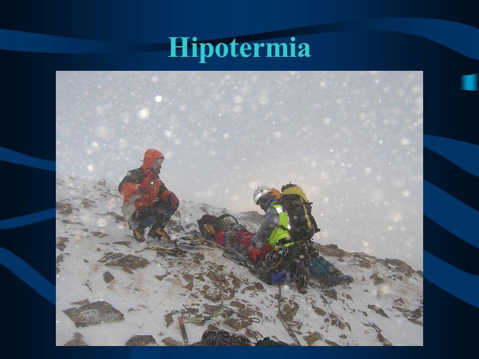 Hipotermia grave: Tratamiento (3) Vigilancia continua de las constantes vitales: –Nivel de consciencia –Respiración –Pulso –Temperatura ¡No administrar bebidas alcohólicas.