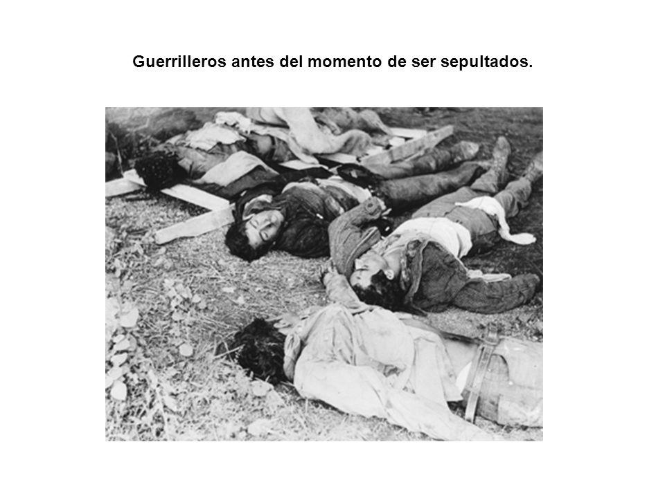 Guerrilleros antes del momento de ser sepultados.