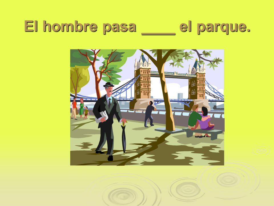El hombre pasa el parque.